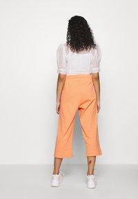 Nike Sportswear - W NSW CAPRI JRSY - Joggebukse - orange trance - 2