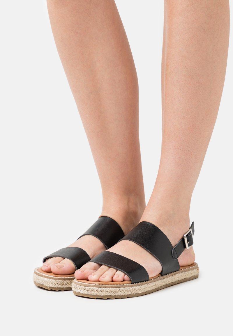 Emmshu - ANIELA - Sandaalit nilkkaremmillä - black