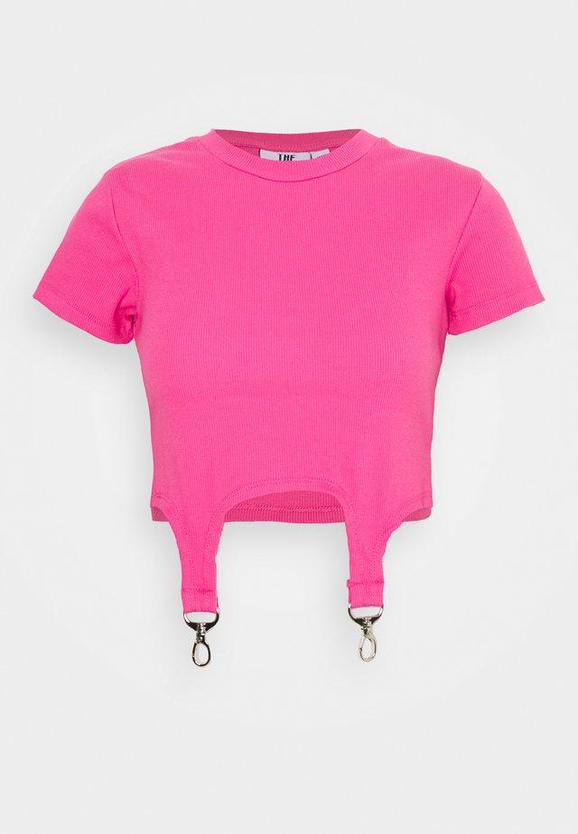 SHORTSLEEVE RINGER TRIGGER DETAIL - Triko spotiskem - pink