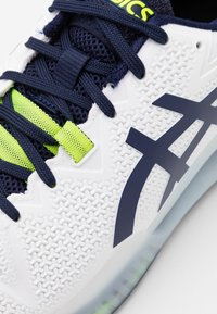 ASICS - GEL RESOLUTION 8 - Multicourt tennis shoes - white/peacoat - 5