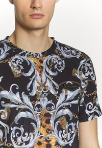 Supply & Demand - JUNGLE IN BAROQUE - T-shirt con stampa - black/gold - 5
