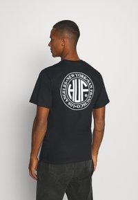 HUF - REGIONAL PUFF TEE - Print T-shirt - black - 0
