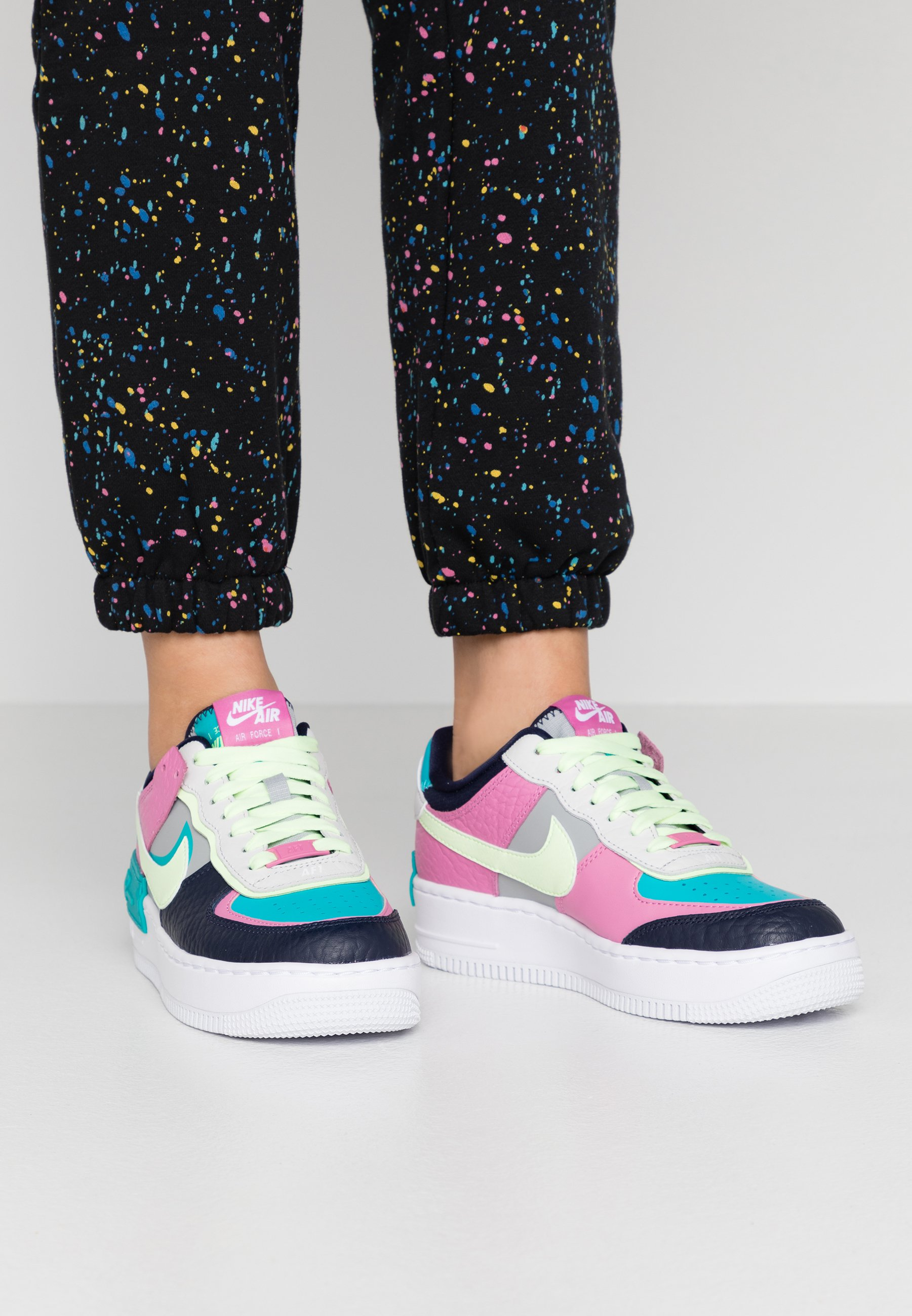 Nike Sportswear Air Force 1 Shadow Trainers Light Smoke Grey Barely Volt Oracle Aqua Grey Zalando Ie The nike air force 1 shadow comes dressed in a white, atomic pink and sail color combination. air force 1 shadow trainers light smoke grey barely volt oracle aqua
