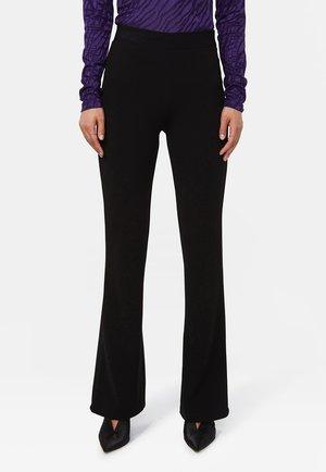 WE FASHION DAMEN-SLIM-FIT-HOSE MIT AUSGESTELLTEM HOSENBEIN - Trousers - black