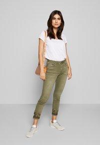Desigual - PANT ONEIL - Jeans Skinny Fit - verde militar - 1