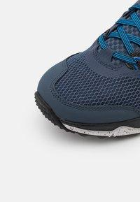Nike Performance - JUNIPER - Běžecké boty do terénu - thunder blue/melon tint/dark pony/black/grey fog/light photo blue - 5