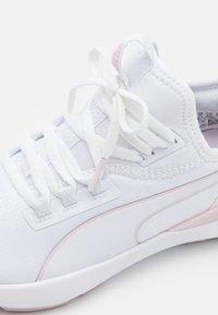 Puma - PURE XT FM X PAMELA REIF - Sportovní boty - white/winsom orchid - 5