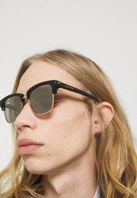 Alexander McQueen - UNISEX - Occhiali da sole - gold-coloured/black - 1