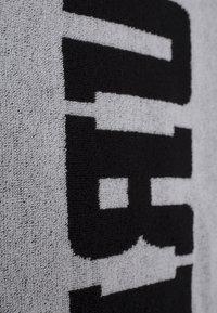 Urban Classics - 2-TONE - Beach towel - black/white - 5