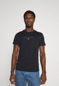 Tommy Hilfiger - ESSENTIAL - T-shirt med print - desert sky - 0
