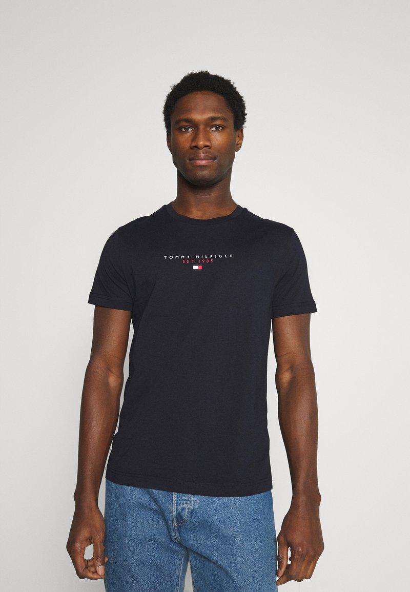 Tommy Hilfiger - ESSENTIAL - T-shirt med print - desert sky