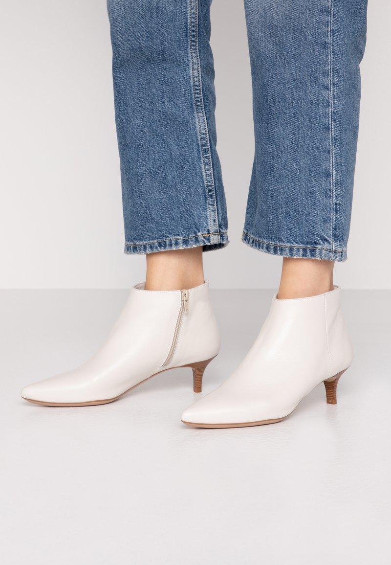 Unisa - JERUSA - Boots à talons - ivory