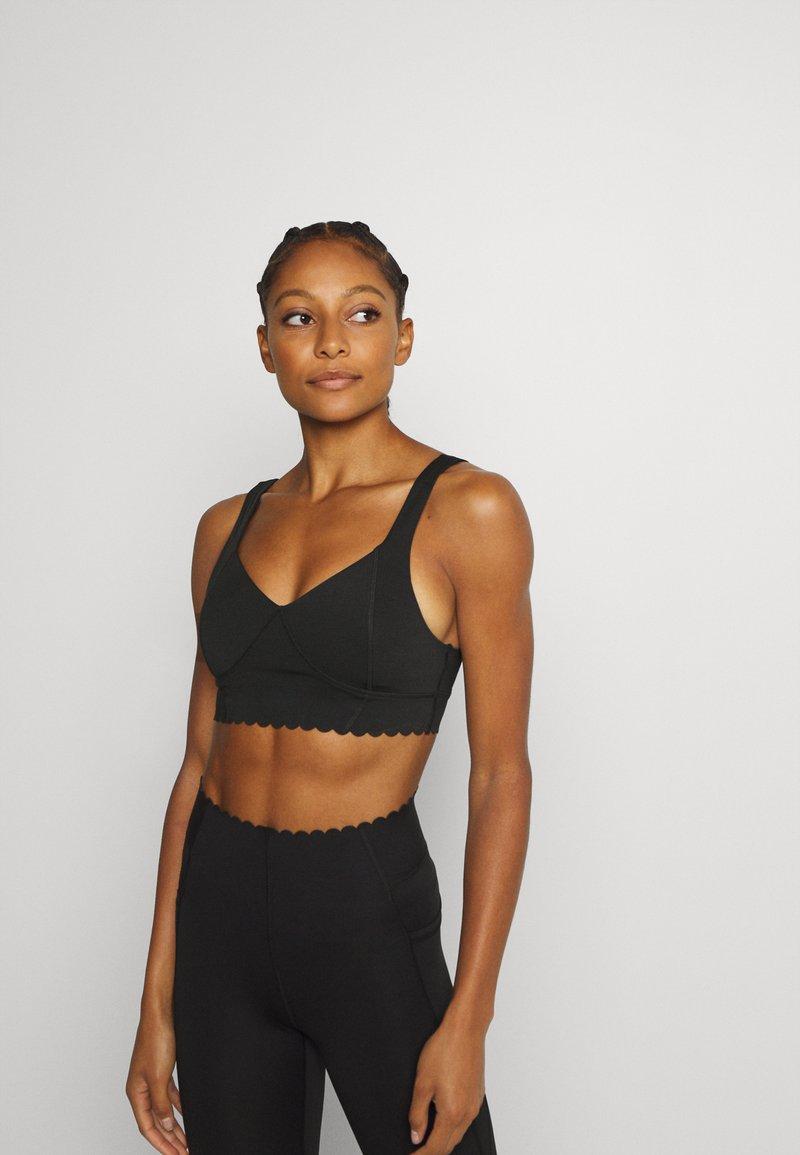 Cotton On Body - PLUNGE SCALLOP CROP - Sujetadores deportivos con sujeción ligera - black