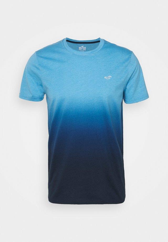 CREW OMBRE - Camiseta estampada - light blue/navy