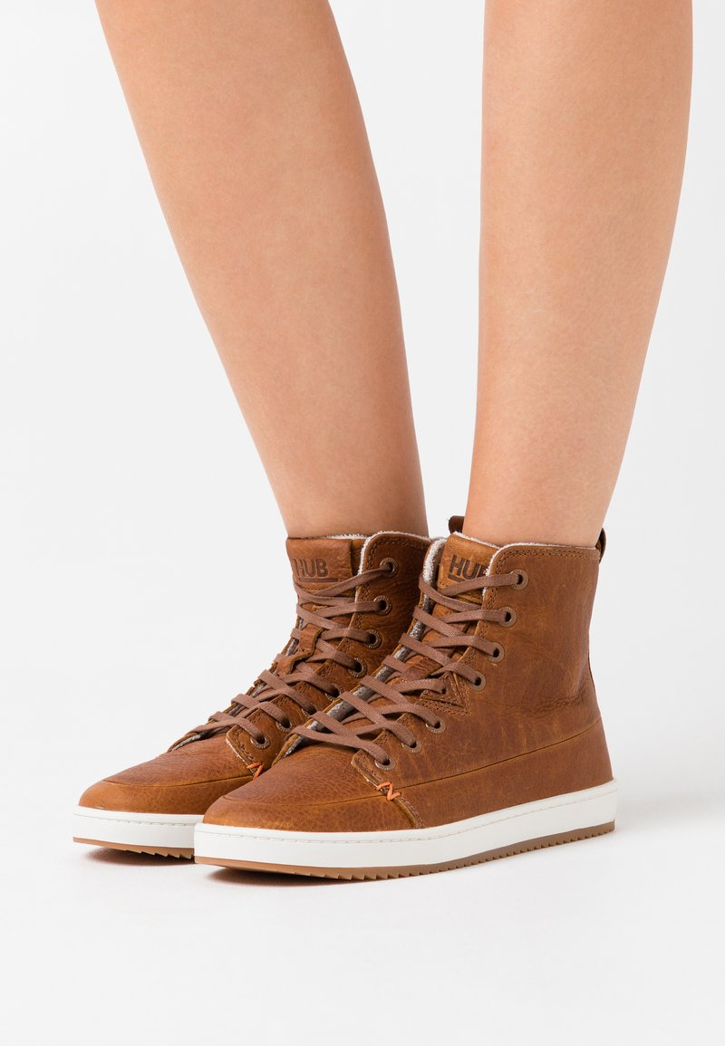 HUB - BASE - Ankle boots - cognac/off white