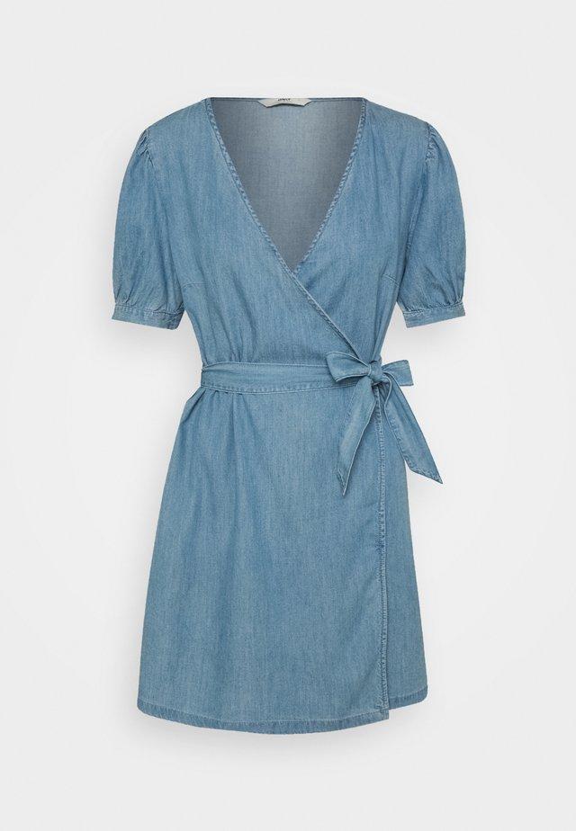 ONLASTA WRAP DRESS - Denimové šaty - light blue denim