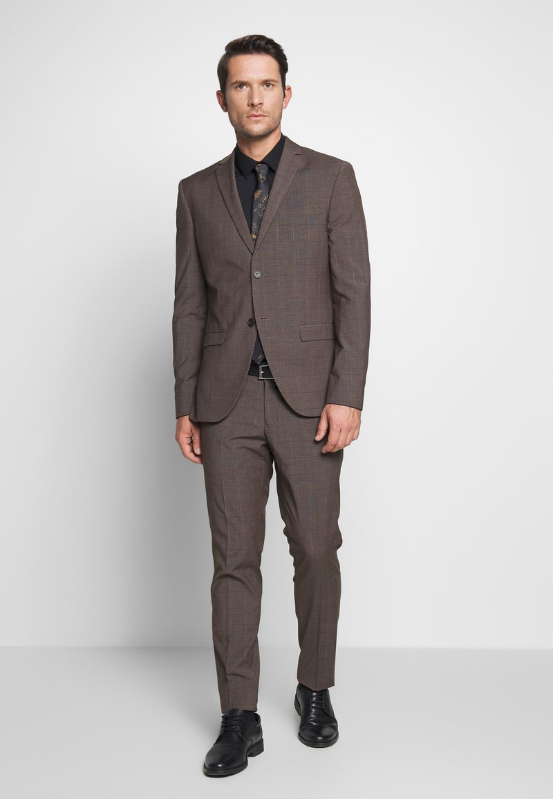Isaac Dewhirst - CHECK SUIT - Suit - brown