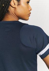 Nike Performance - Print T-shirt - obsidian/white - 4