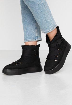CLASSIC BOOM BUCKLE - Kotníková obuv - black
