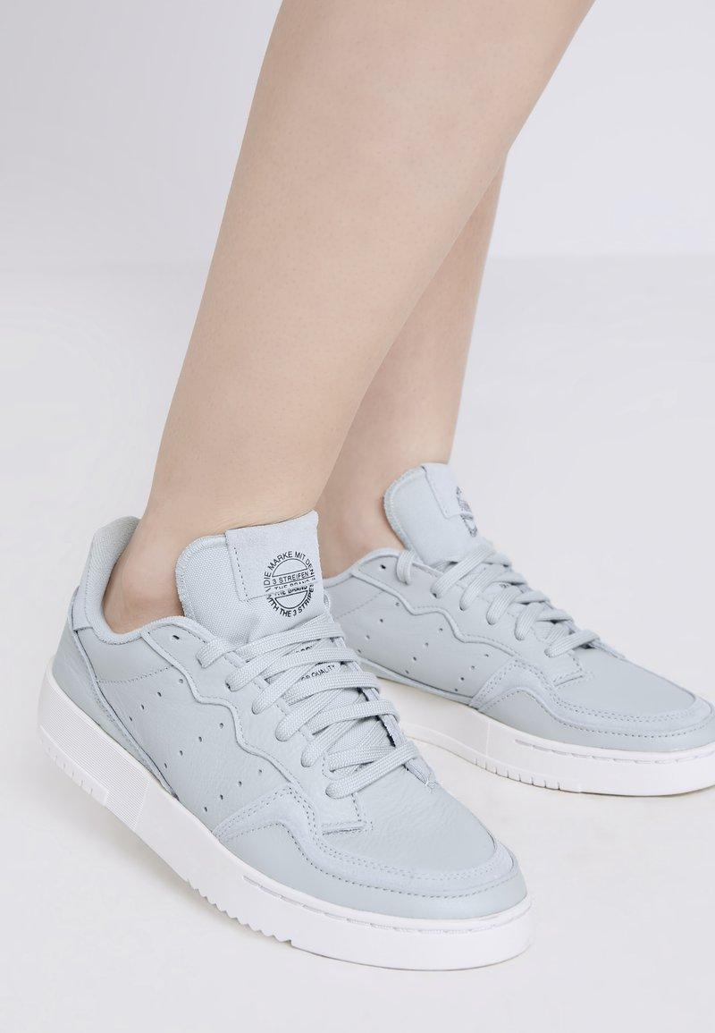 adidas Originals - SUPERCOURT W - Sneakersy niskie - ashsil/ashsil/crywht
