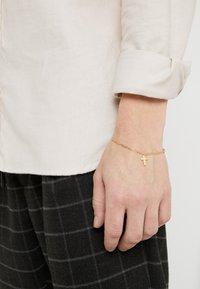 Northskull - ANGULAR CROSS CHARM CHAIN - Bracciale - gold-coloured - 1