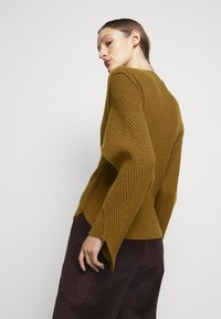Victoria Beckham - CURVED HEM JUMPER - Sweter - ochre - 2