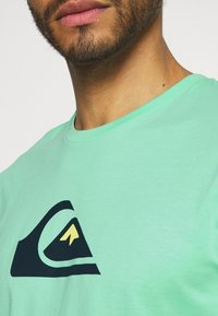 Quiksilver - COMP LOGO  - T-shirt con stampa - cabbage - 4