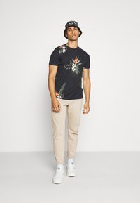 Jack & Jones PREMIUM - JPRHOLIDAY TEE CREW NECK - T-shirt print - black - 1