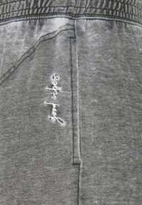 Free People - COZY COOL LOUNGE PANT - Pantalones deportivos - washed black - 2