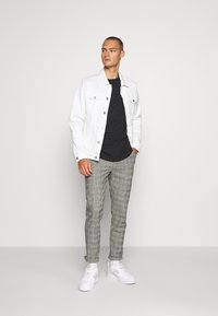 Redefined Rebel - KING PANTS - Chino - grey mustard - 1