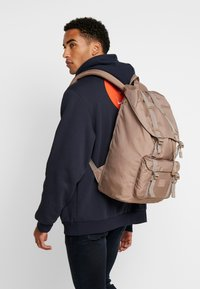Herschel - LITTLE AMERICA LIGHT - Tagesrucksack - pine bark - 1