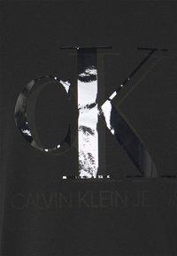 Calvin Klein Jeans - MONOGRAM WATERBASE TEE UNISEX - Print T-shirt - black - 2