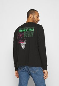 Urban Threads - FRONT AND BACK GRAPHIC LONG SLEEVE TEE UNISEX - Long sleeved top - black - 2