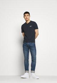 EA7 Emporio Armani - V NECK - Print T-shirt - blu notte - 1