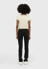 Stradivarius - MIT TIEFEM BUND  - Straight leg jeans - dark grey - 1