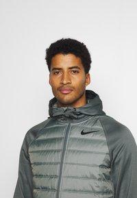 Nike Performance - Giacca sportiva - smoke grey/smoke grey/black - 4
