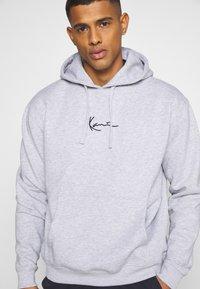 Karl Kani - SMALL SIGNATURE HOODY UNISEX - Sweatshirt - ash grey - 3