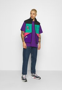 Karl Kani - SMALL SIGNATURE BOX TEE UNISEX  - Print T-shirt - purple - 1