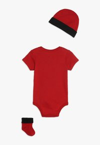Jordan - JUMPMAN HAT BOOTIE SET - Čepice - gym red/black