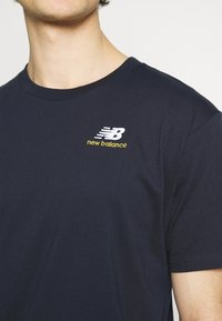 New Balance - ESSENTIALS EMBROIDERED TEE - T-shirt - bas - eclipse - 5