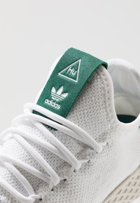 adidas Originals - PW TENNIS HU - Sneakers basse - footwear white/offwhite/collegiate green - 5
