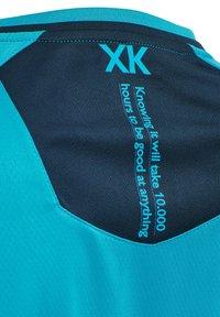 Hummel - T-shirt med print - atomic blue  black iris - 3