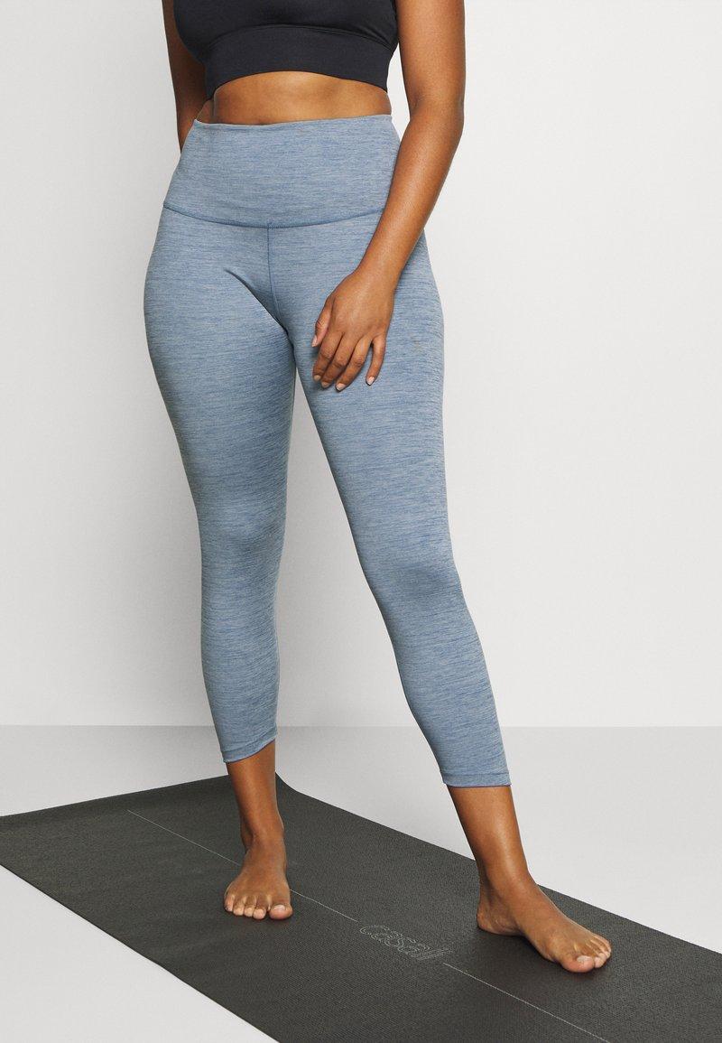Nike Performance - YOGA RUCHE 7/8 TIGHT PLUS - Pantalón 3/4 de deporte - diffused blue