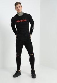 Mister Tee - THUGGER CHILDROSE CREWNECK - Sweatshirt - black - 1