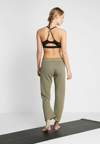 Free People - FP MOVEMENT REYES SWEAT PANT - Träningsbyxor - army - 2