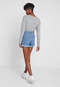 Vero Moda - VMNINETEEN LOOSE MIX NOOS - Jeans Short / cowboy shorts - light blue denim - 2
