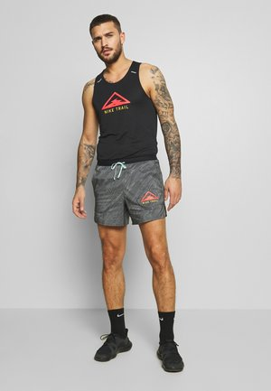 STRIDE TRAIL - Short de sport - black/laser crimson