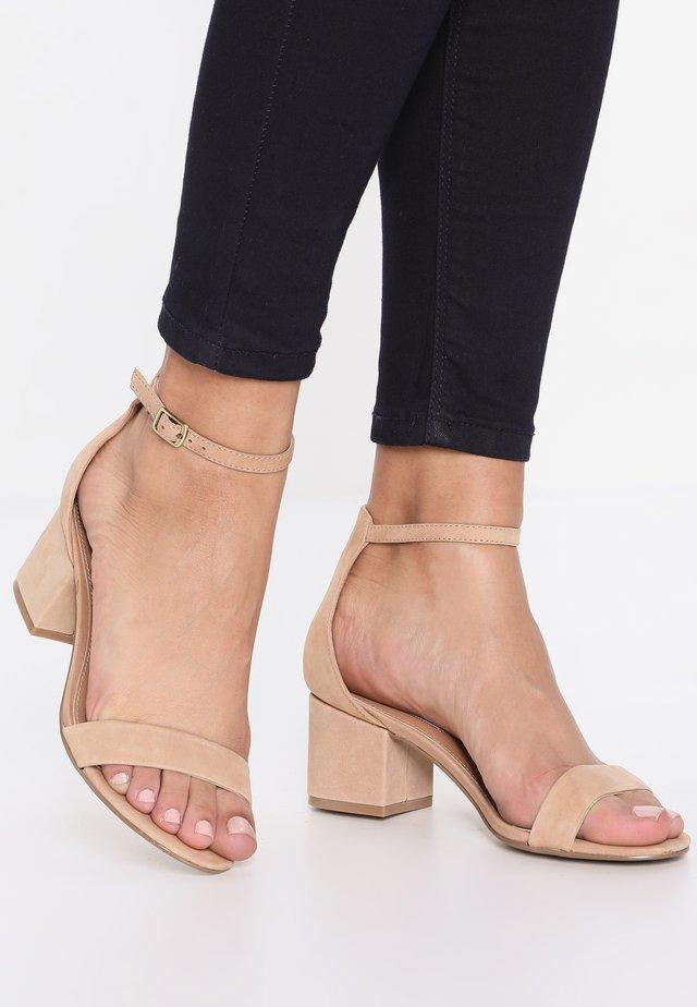 IRENEE - Sandaalit nilkkaremmillä - tan