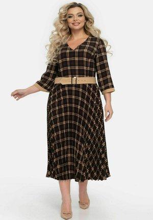 MIT V-AUSSCHNITT UND GÜRTEL - Day dress - braun