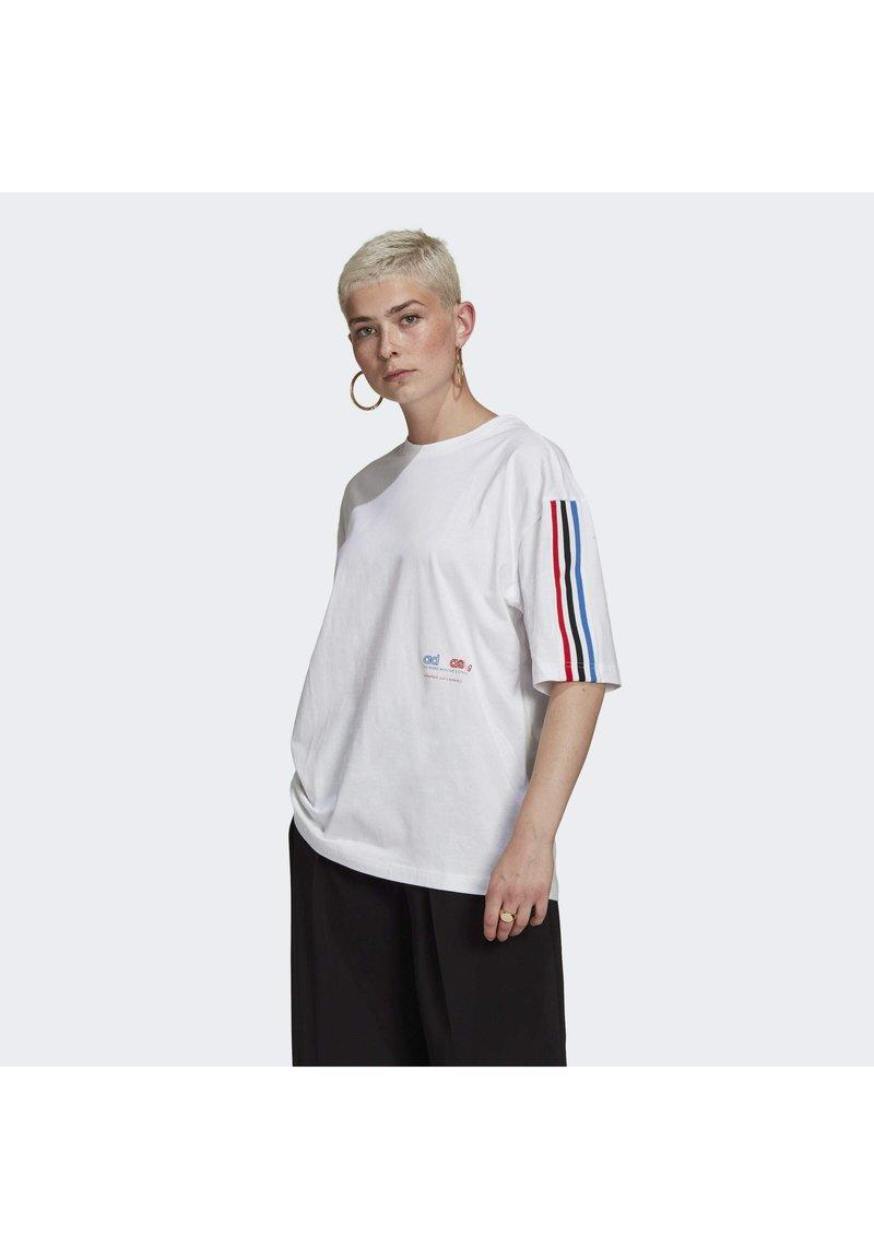 adidas Originals - OVERSIZED TEE ADICOLOR ORIGINALS LOOSE T-SHIRT - T-shirt imprimé - white